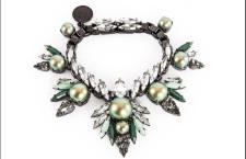 Bracciale con cristalli bianchi, diamanti neri e perle verdi Swarovski, cristalli Ralton verde chiaro e scuro, placcate in rutenio. Prezzo: 305 euro