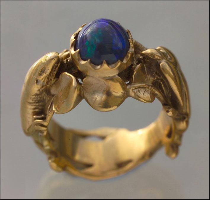 Anello Art Nouveau con lucertola e uccello, in oro e opale