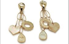 Anima, orecchini con tre simboli pendenti in oro giallo, madreperla gialla e diamanti. Prezzo: 3200 euro