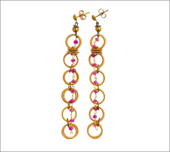 Orecchini in acciaio con bagno in oro, filo di pietre (rubino) con elementi in ottone