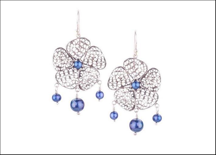 Phlox, orecchini in filigrana argento con perle blu. Prezzo: 331 euro