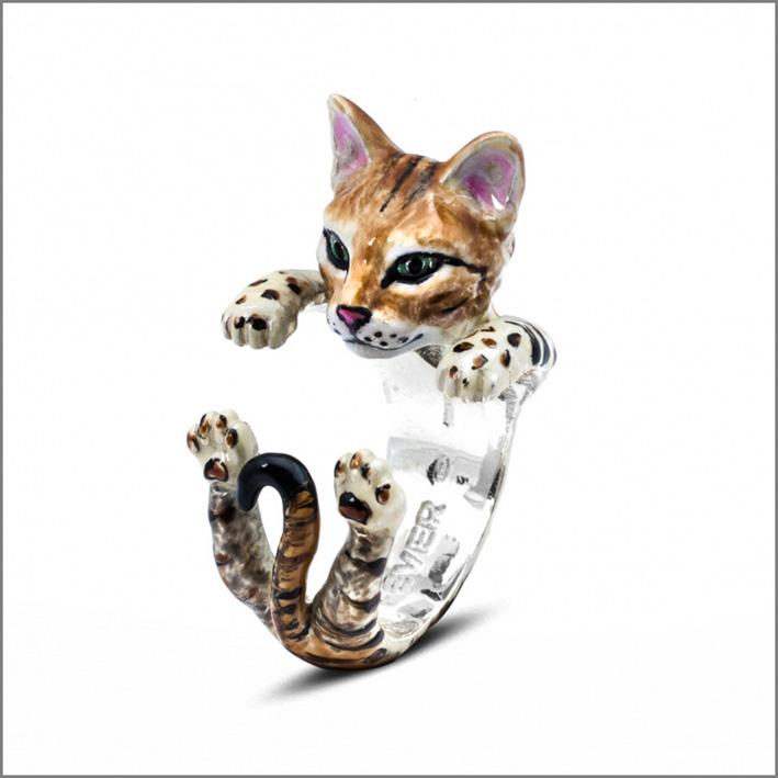 Anello abbraccio in argento e smalto. Il gatto è di razza Bengala