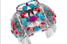 Celeste, bracciale in Plexiglas con cristalli colorati Crystal Pearls ed elementi in metallo palladiato. Prezzo: 399 euro