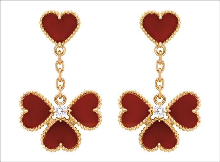 Collezione Alhambra. Orecchini effeuillage in oro rosa, corniola e 2 diamanti taglio tondo. Prezzo: 6mila euro