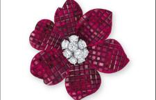 Dettaglio orecchini Van Cleef & Arpels, rubini Mistery setting e 9 diamanti  montati a griffe