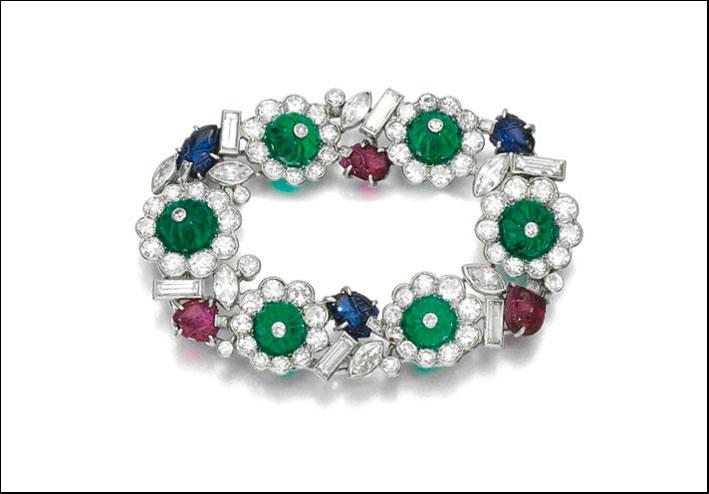 Spilla firmata Picq di smeraldi, rubini e zaffiri. Stima: 4.050-6.700 euro
