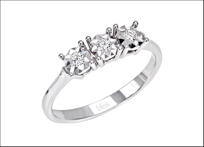 Sorprendila, anello Trilogy  in oro bianco con 3 diamanti da 0,12 carati complessivi. Prezzo: 649 euro