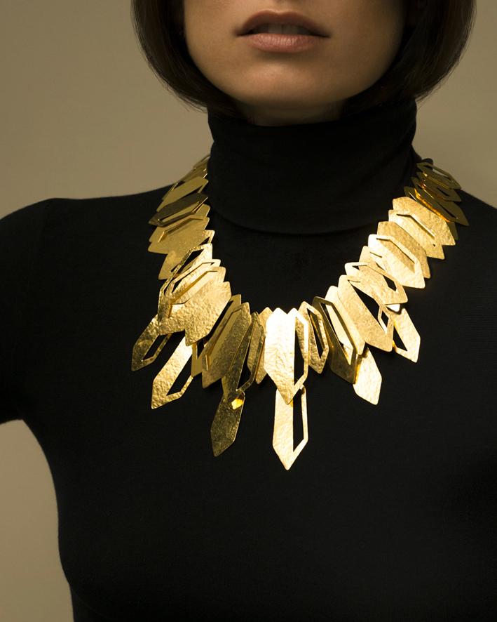 Collier Aida, in ottone placcato oro. Prezzo: 1480 euro