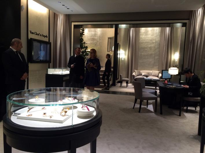 L'interno dello store Van Cleef & Arpels a Milano