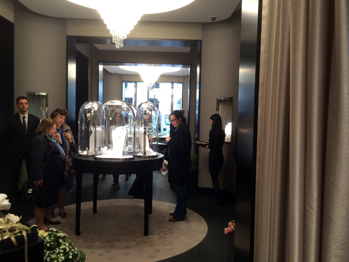 L'interno della boutique di Van Cleef & Arpels
