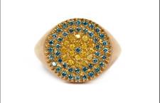 Maschio Goielli Baby-e Chevalier oro giallo, diamanti gialli e blu/verde. Prezzo: 830 euro
