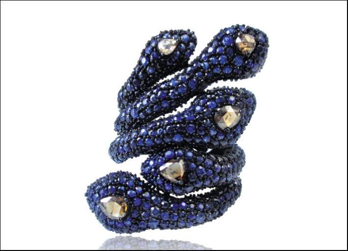 Sutra, anello in oro nero a forma di serpente con zaffiri, diamanti neri