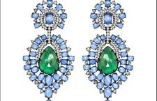 Orecchini pendenti in oro nero, con due smeraldi centrali 15 carati, zaffiri 20 carati e diamanti. Prezzo: 20 mila dollari