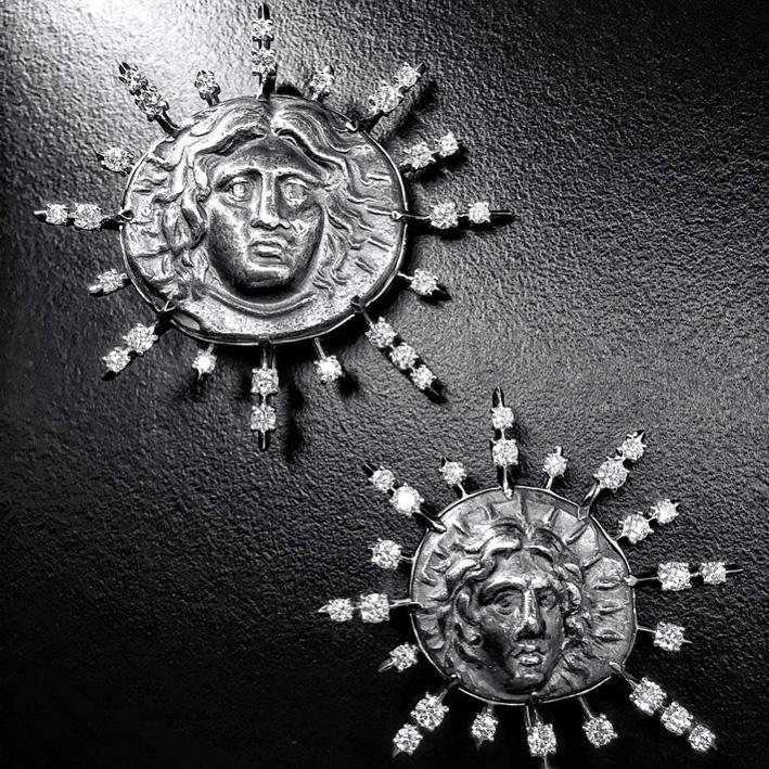 Spille in oro nero e diamanti con al centro antiche monete che rappresentano Helios