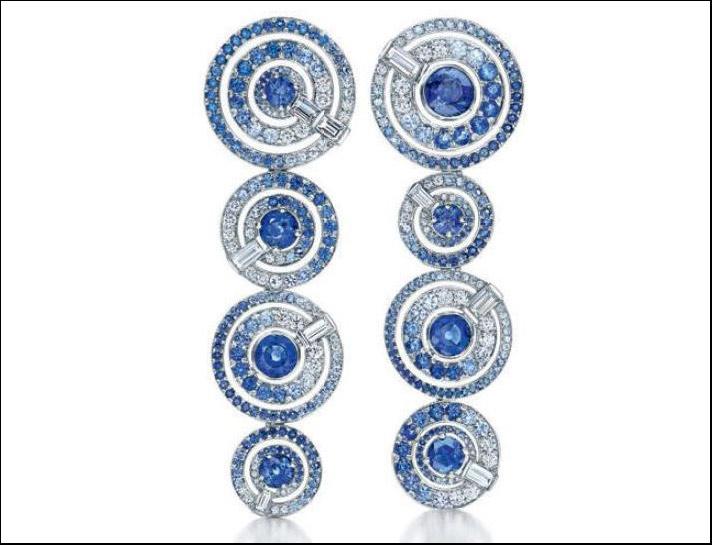 Orecchini pendenti in platino con  con piastre a vortice di diverse dimensioni, zaffiri e diamanti