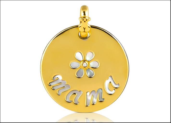 love mama tous, ciondolo in oro giallo 18 carati, madreperla e un diamante. Prezzo: 285 euro