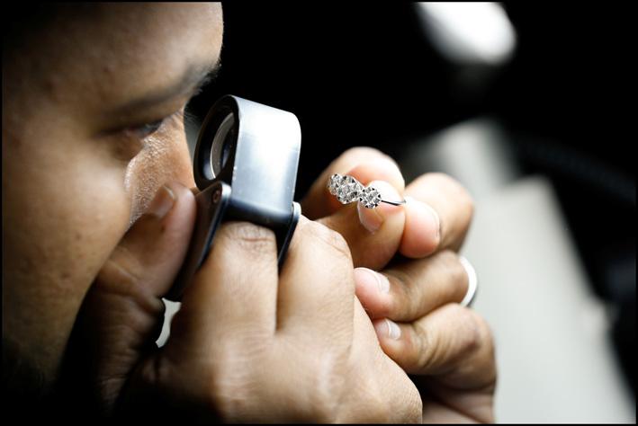 Esame di un diamante a un precedente Dubai Jewellery Show
