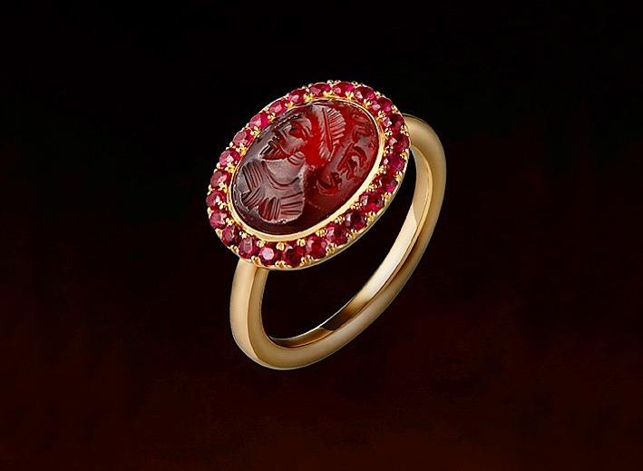 Anello in oro con granato intagliato e rubini