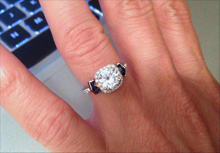 Un anello format Harry Winston e disegnato per Lisa Christiansen.  Un grande diamante con zaffiri e Moissanite