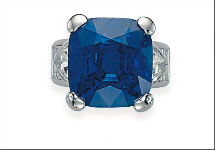 Anello con diamanti e zaffiro da 35 carati. Venduto per 7,4 milioni di dollari