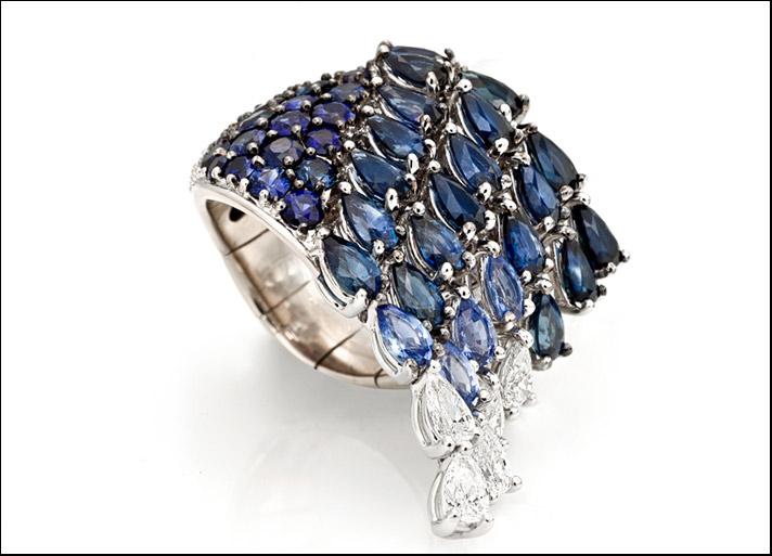 Acqua preziosa, anello chevalier in oro bianco con zaffiri ( 8,69 carati) e diamanti (0,69 carati)