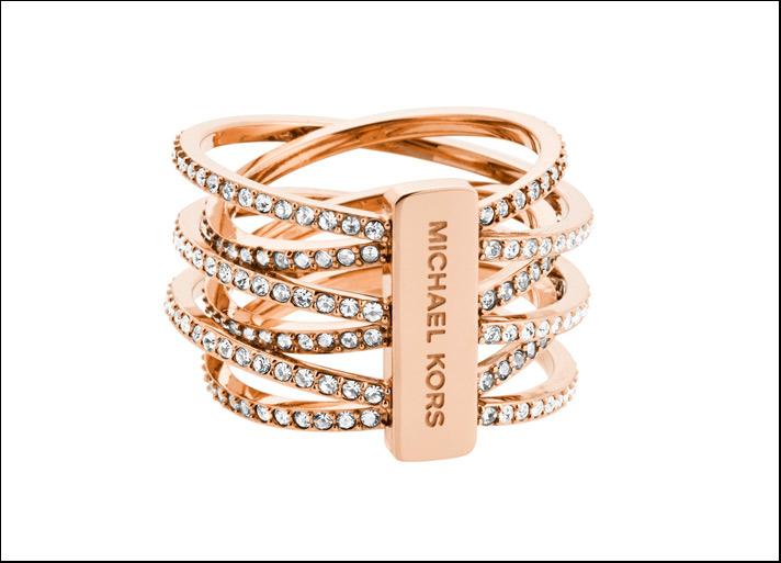 Anello intrecciato rose gold con cristalli e logo. Prezzo: 129 euro