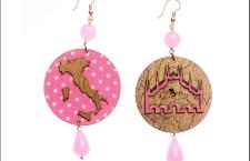 De Architectura, orecchini in metallo e stoffa rosa a pois bianchi  con sagoma Italia e Duomo di Milano. Prezzo: 100 euro la coppia