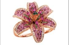Damiani, anello Giglio, in oro rosa con diamanti bianchi, smeraldi, zaffiri e rubini che sfumano dal fucsia al rosa chiaro