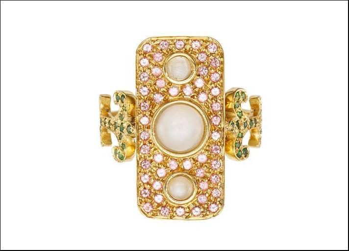 Navona, anello in oro giallo con pietre di luna, topazi rosa e tsavoriti. Prezzo: 3.700 euro
