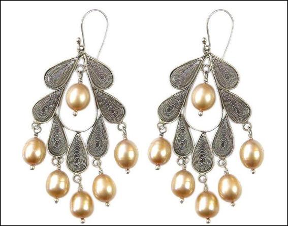 Orecchini con perle. Prezzo: 288 euro