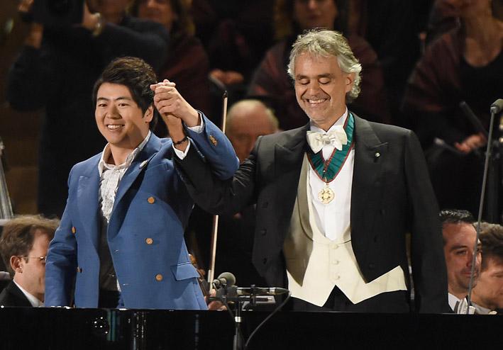 Andrea Bocelli, accanto a Lan Lang, con indosso il bracciale Cruciani sul palco in Piazza Duomo