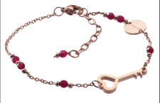 cLover, bracciale in acciaio rosé con perle in agata rossa e chiave. Prezzo: 19 euro