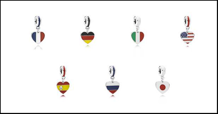 Charm bandiere. In argento Sterling 925 e smalto hanno un prezzo a partire da 39 euro
