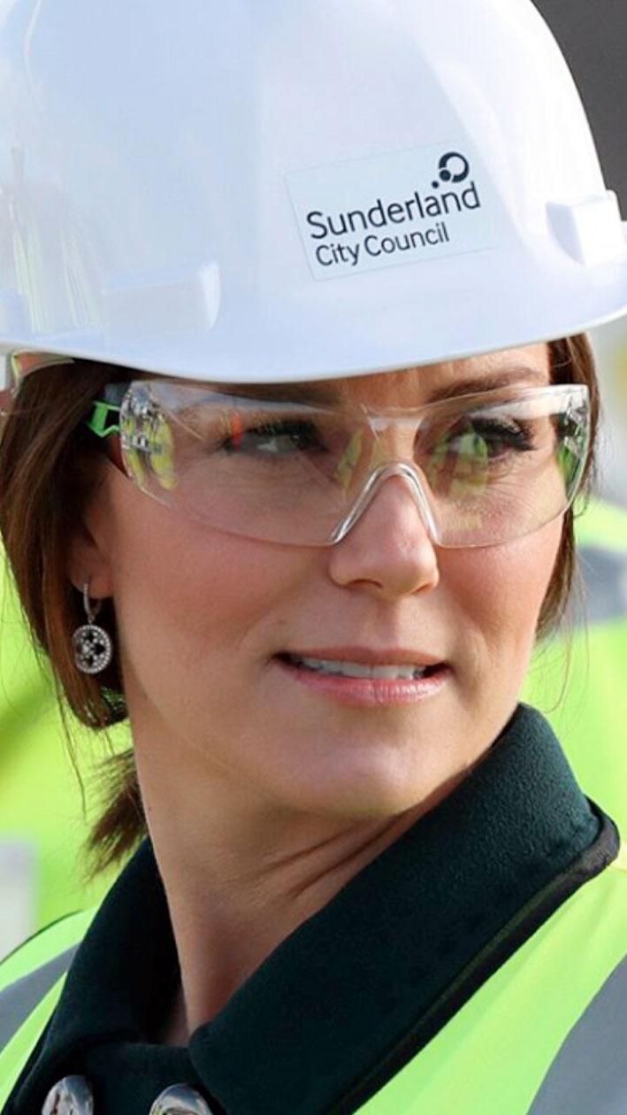 Kate Middleton durante una visita ufficiale a un impianto energetico