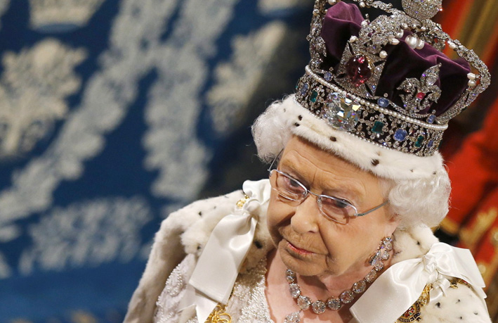 La regina Elisabetta con la corona imperiale