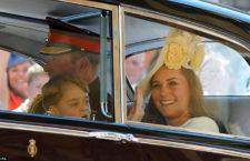 Kate Middleton, mentre va al matrimonio del principe Harry e di Meghan Markle. Al dito l'anello con zaffiro appartenuto a Diana