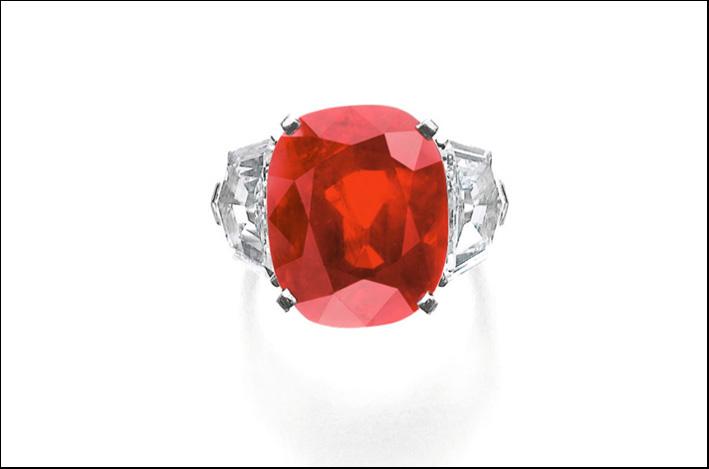 Sunrise Ruby, rubino montato su anello con diamanti firmato Cartier. Venduto per oltre 30 milioni di euro