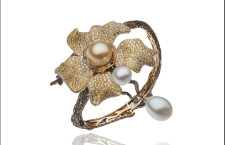 Best in Pearls: Autore, bracciale Orange Blossom in oro giallo con pavé di diamanti bianchi, verdi e gialli e una perla South Sea Keshi e due perle South Sea a goccia