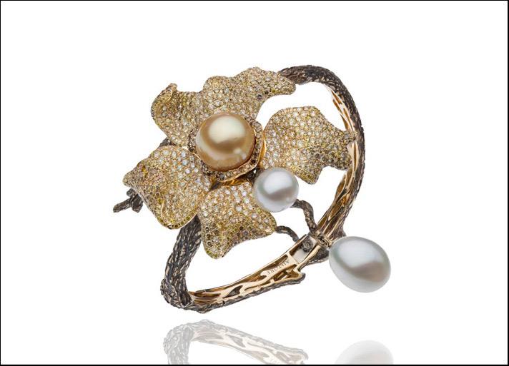 Best in Pearls: Autore, bracciale Orange Blossom in oro giallo con pavé di diamanti bianchi, verdi e gialli e una perla South Sea Keshi e due perle South Sea a goccia