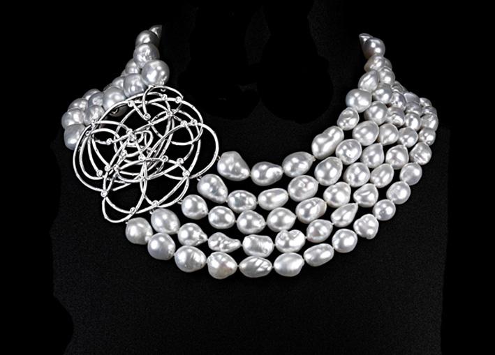 Suzanne Syz, collana Extravaganza, in oro bianco, 133 perle, 25 diamanti