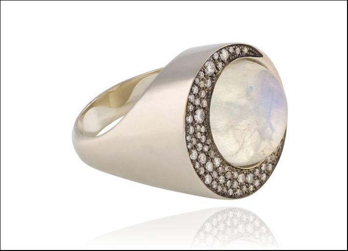 Tilsam, anello Eclipse in oro grigio a forma di luna crescente tempestato di diamanti bianchi di diverse dimensioni e pietra di luna blu tonda