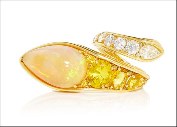 Stream, anello in oro giallo con opere etiope, con zaffiri e diamanti incolori