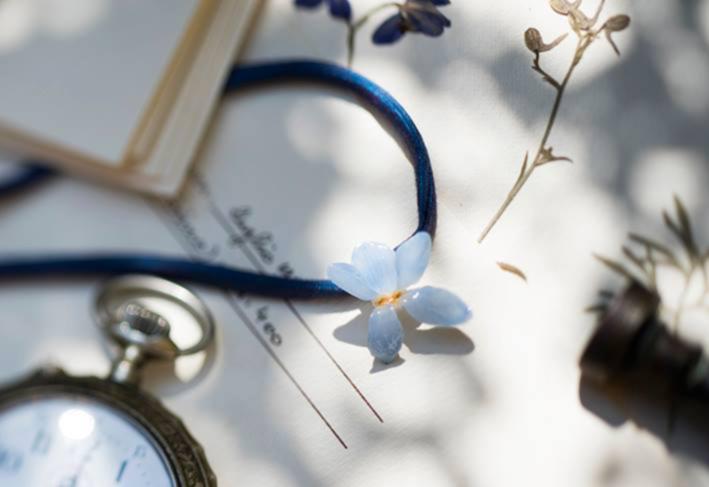 Ciondolo Violetta di bosco in ceramica con nastro di seta