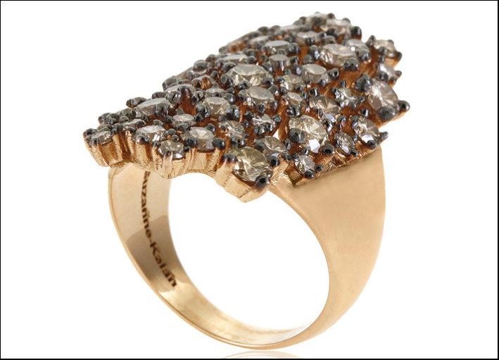 Suzanne Kalan, Starry night, anello in oro rosa e diamanti naturali colorati