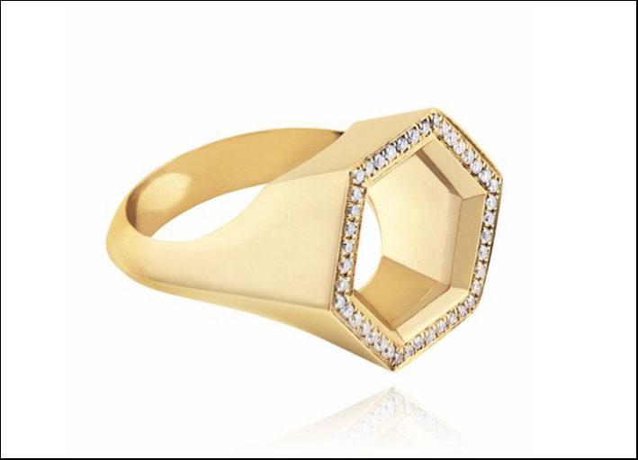 Noor Fares, anello Hex Seal in oro giallo a forma esagonale sulla parte superiore tempestato di diamanti bianchi