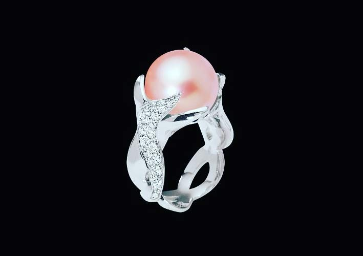 Anello in oro bianco, diamanti e perla rosa