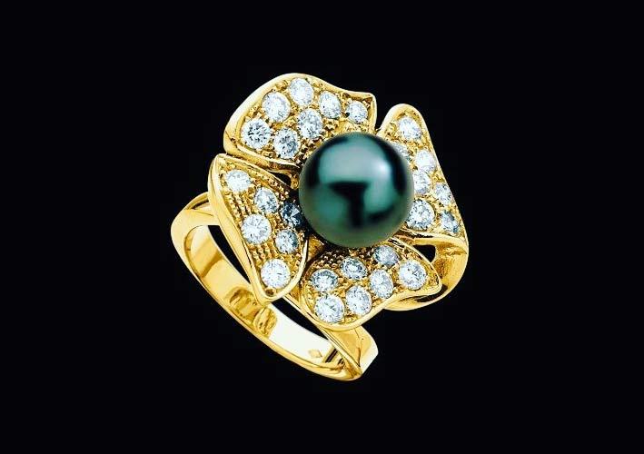 Anello in oro giallo, diamanti e perla nera