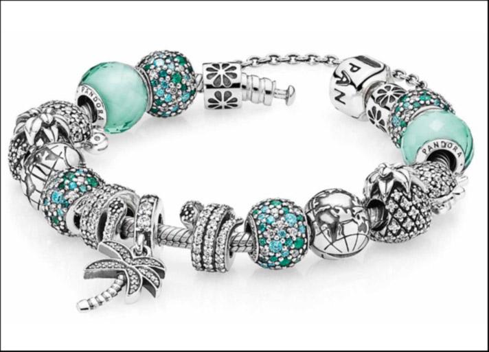 Bracciale in argento sterling. Prezzo: 59 euro; charm in argento, prezzi a partire da 39 euro