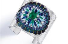 Collezione Segreti e Luci, bracciale in oro bianco inciso con uno smeraldo taglio cuscino da 3,46 carati, 8 smeraldi e 8 zaffiri blu taglio marquise, 10 diamanti taglio brillante e piume.