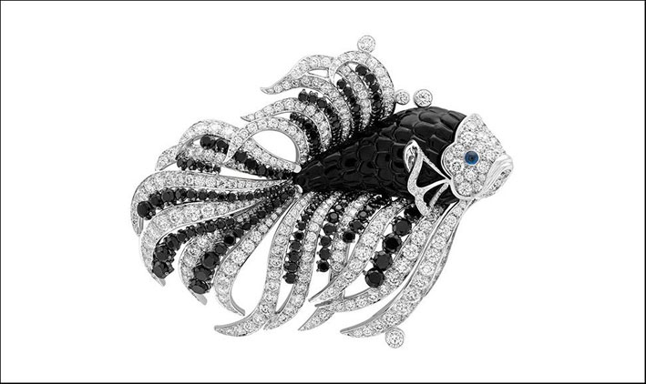 Van Cleef & Arpels, clip Pesce in oro bianco, con diamanti cabochon e zaffiri neri, onice